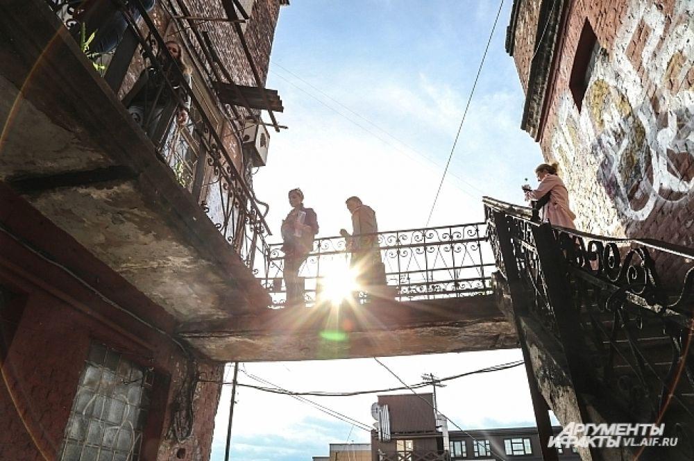 В Миллионке улочки переходили в подъезды, подъезды – в балконы, а балконы – в улочки.
