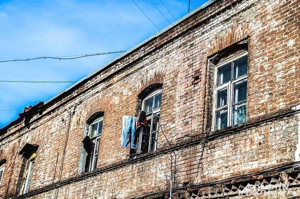 За этими окнами до сих пор скрываются тайны города.