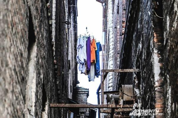 Бельё здесь сушат по старинке - на верёвках между домами.