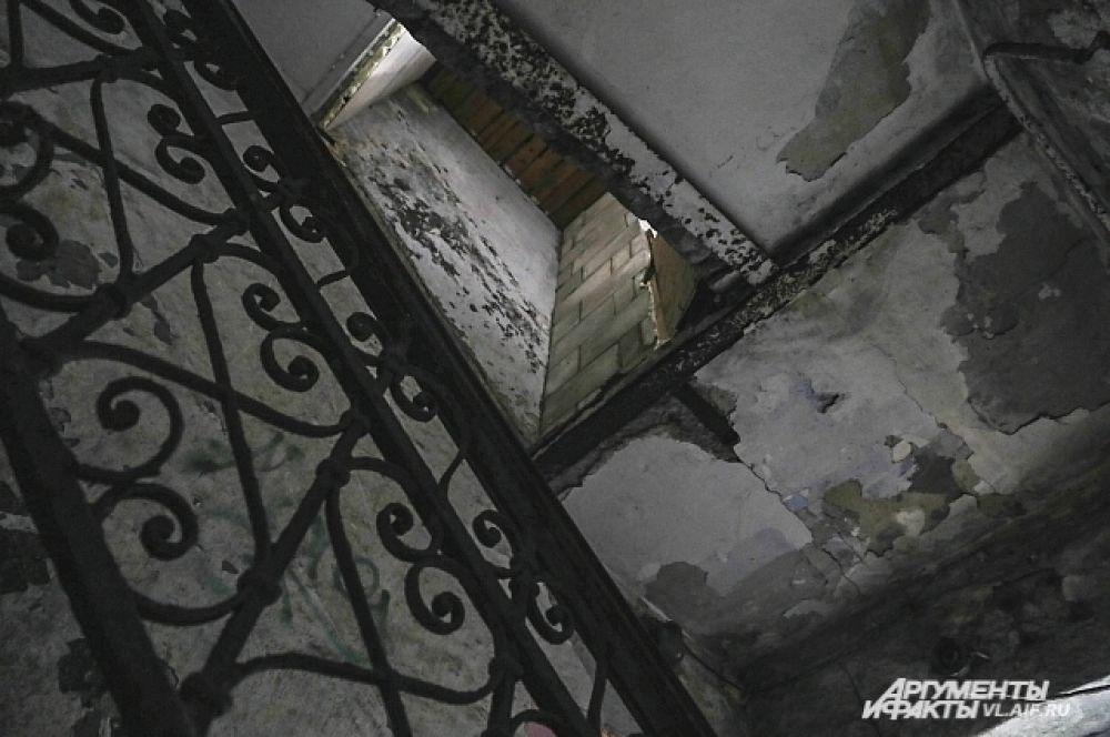 Лестницы в подъездах сохранили свой первозданный вид.