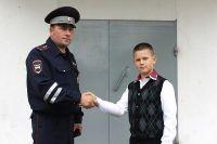 Инспектор ДПС лейтенант Юрий Морозков поблагодарил Данила за помощь полиции.