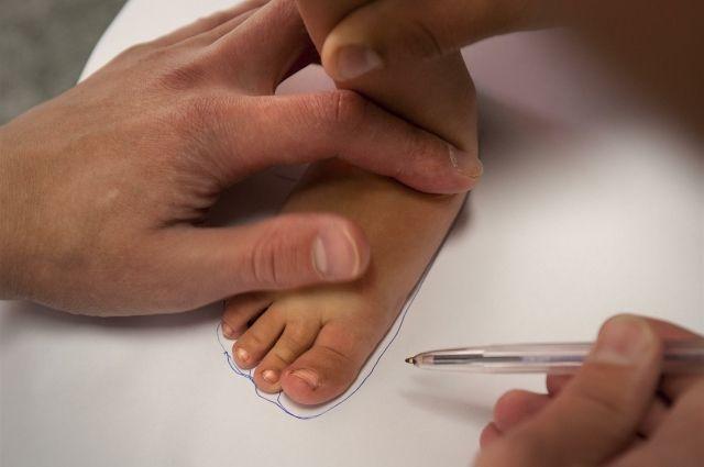 Следить за здоровьем ног нужно с детства.