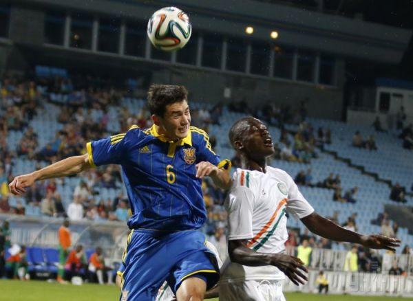 Степаненко борется за мяч с африканским футболистом
