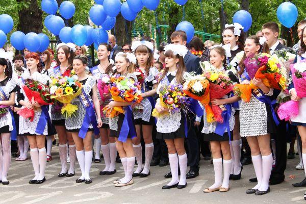 В завершение торжественной линейки выпускники отпустили в небо воздушные шары цветов российского флага.