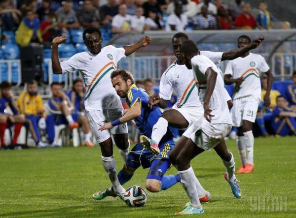 Игрок сборной Украины противостоит четырем соперникам