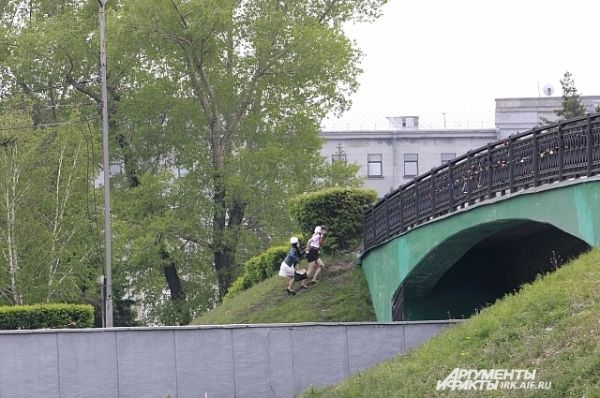 С этого моста у иркутских выпускников принято махать проезжающим внизу автомобилям.