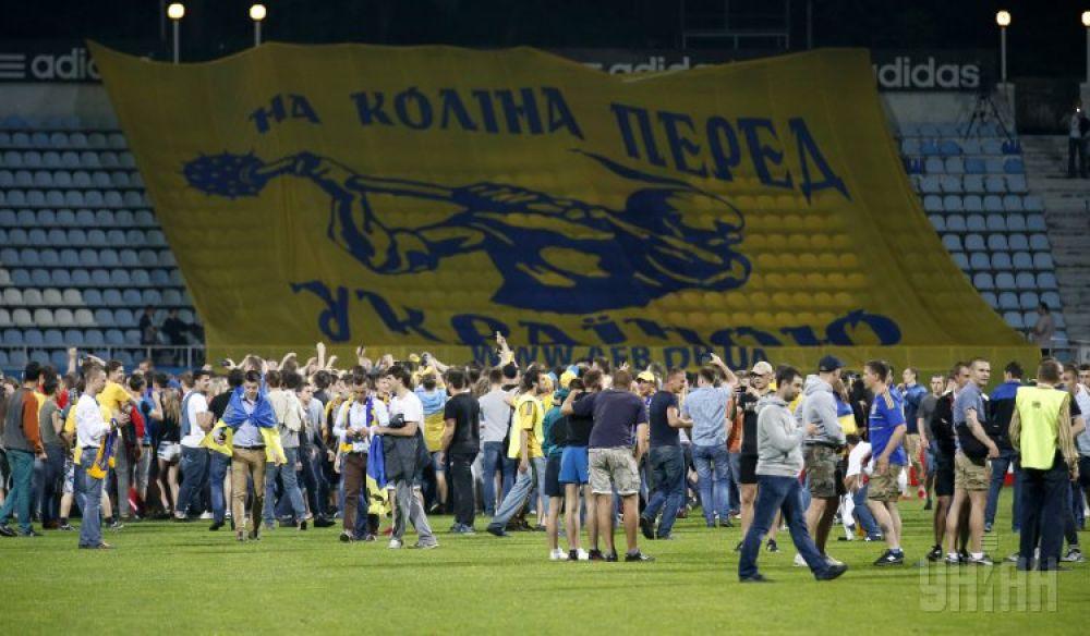 Болельщики вышли на поле после победы украинских футболистов