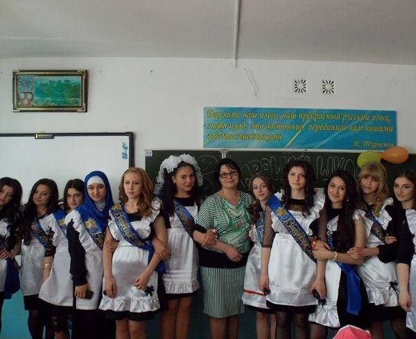 В Махачкале одна из выпускниц делится своими мыслями: «Конечно, грустно расставаться с родными стенами, с учителями, но я рада, что, наконец, настал тот день, когда я по-настоящему смогу почувствовать себя взрослой».