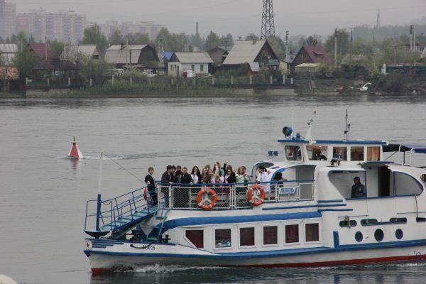 В Иркутске в день последнего звонка каждый выпускник  обязательно посещает набережную Ангары. Здесь вчерашние школьники загадывают желания.