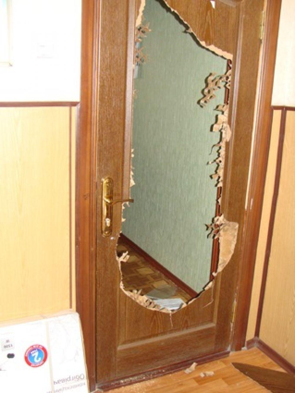 Выломанная дверь в горотделе милиции