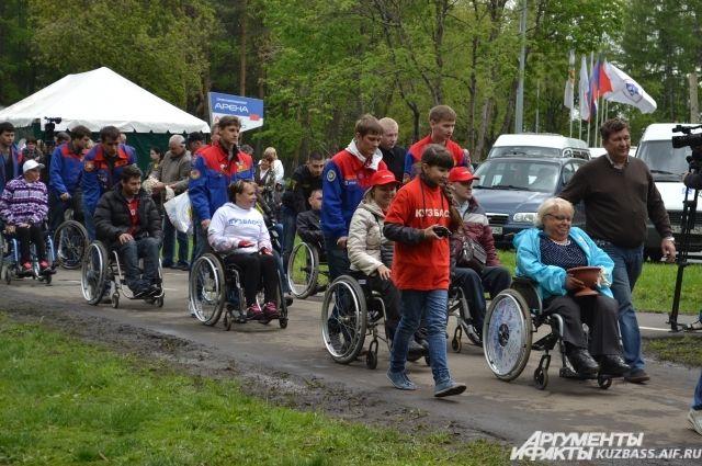 Инвалиды-колясочники закладывают Севастопольскую аллею.