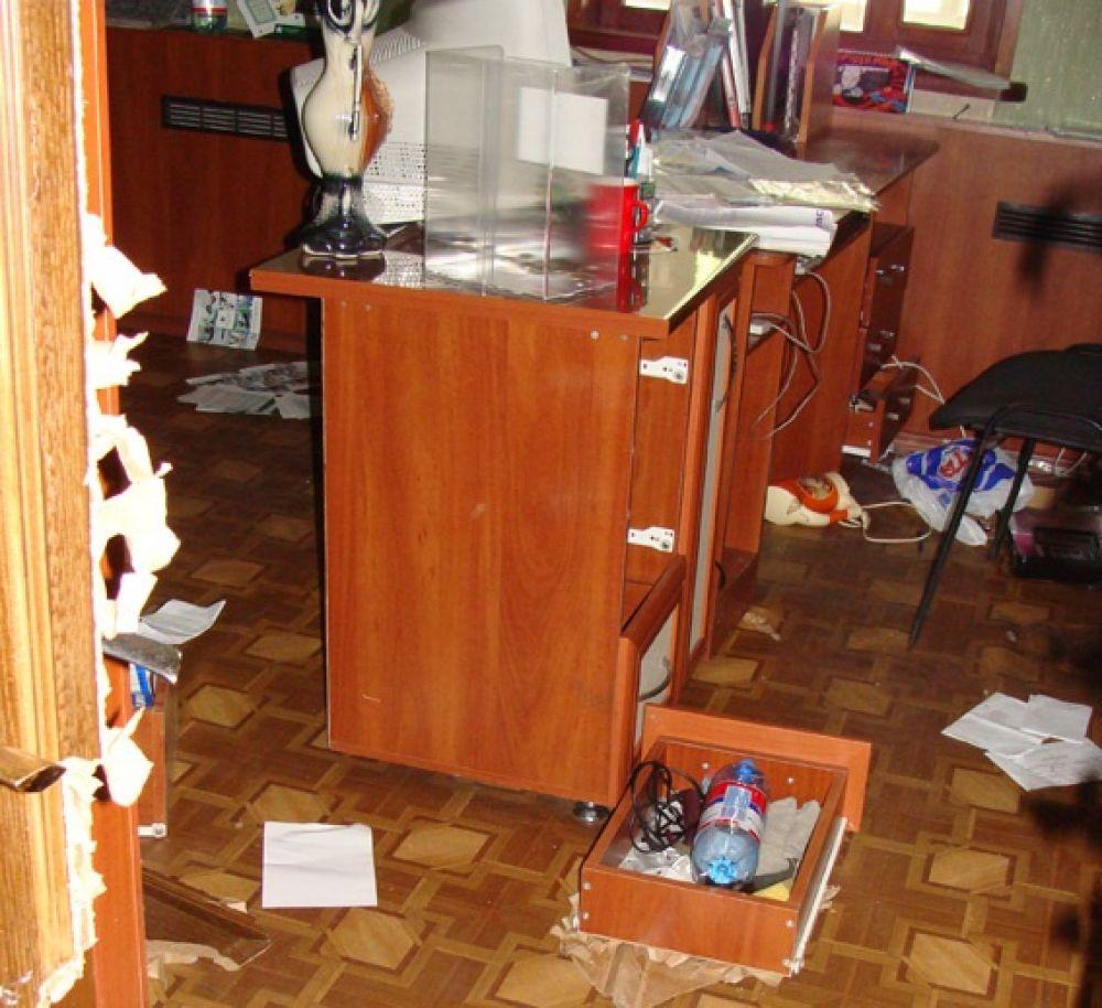 Разбросанные документы в кабинете горотдела милиции