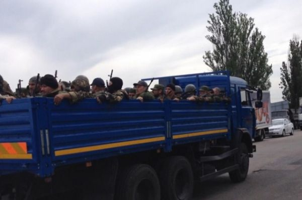 Боевики на грузовике уезжают из Карловки