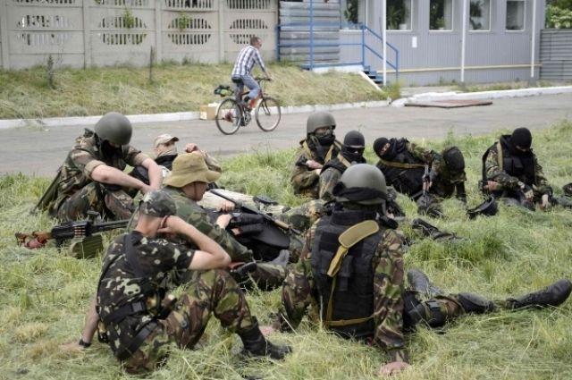 Боевики возле блокпоста в Донецке