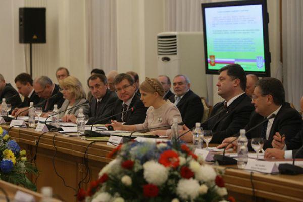 Порошенко был назначен секретарем Совета национальной безопасности и обороны Украины после победы Виктора Ющенко на президентских выборах в 2004 году. Но вскоре из-за публичных взаимных обвинений украинских политиков в коррупции был уволен вместе с отправленным в отставку всем кабинетом министров во главе с Юлией Тимошенко.