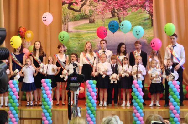 Первоклассники поздравили выпускников в одной из московских школ.
