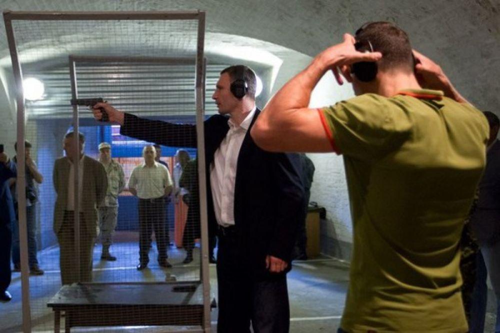 Виталий Кличко в тире очень сосредоточен