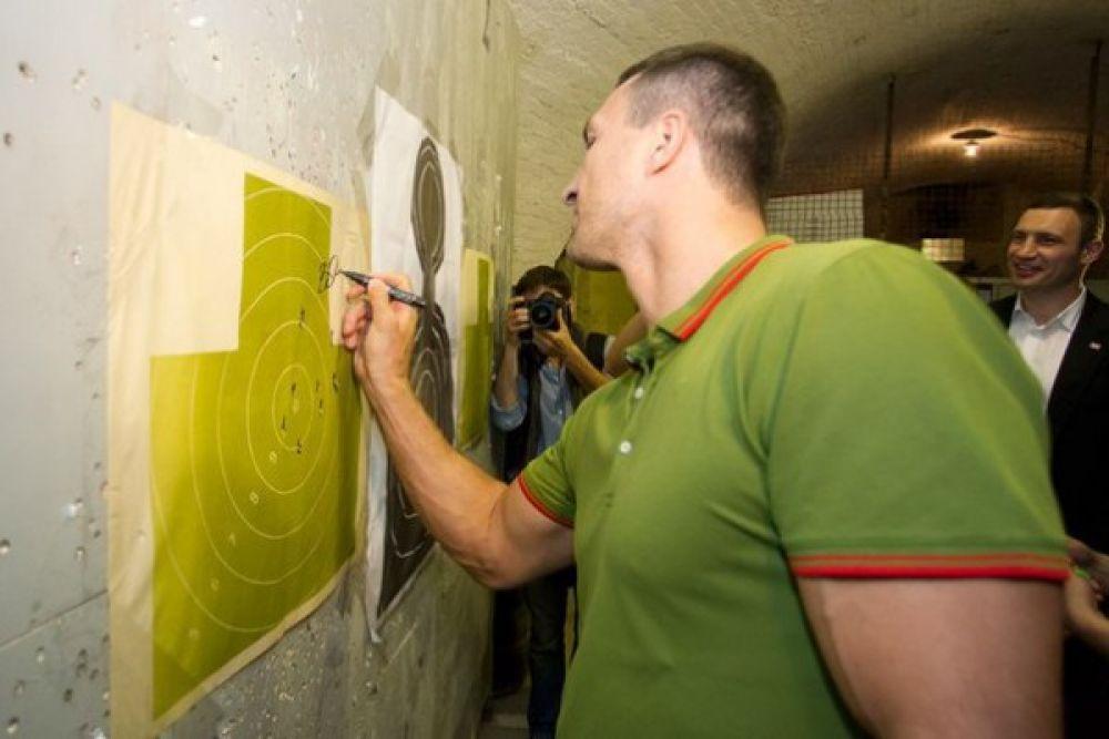 Владимир Кличко оставляет автограф в тире
