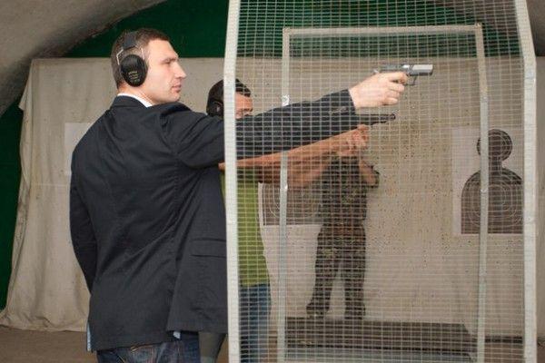 Братья Кличко упражняются в стрельбе