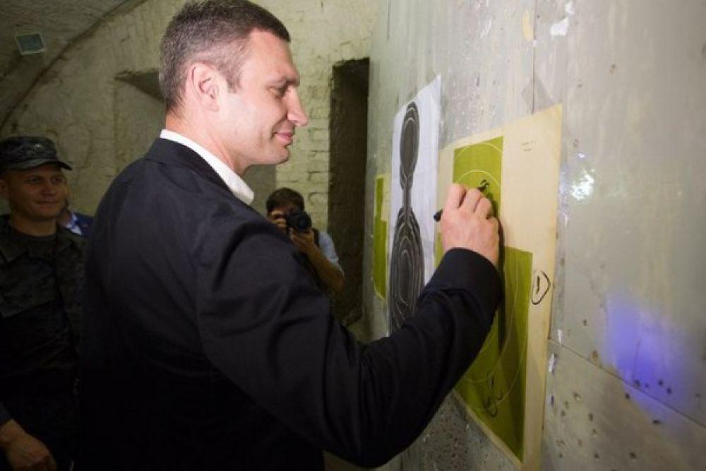 Виталий Кличко оставляет автограф в тире