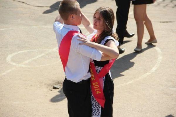 В Воронеже одиннадцатиклассники поддержали традицию, исполнив торжественный вальс.