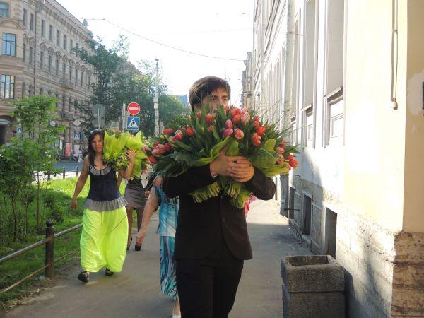 Одиннадцатиклассники Санкт-Петербурга завалили любимых учителей цветами.