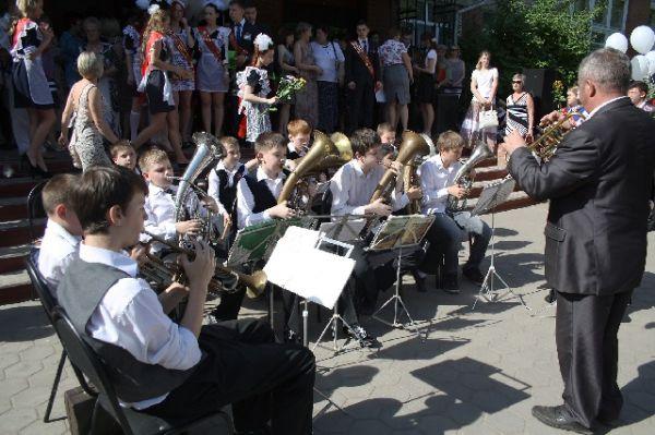 Воронежский школьный оркестр провожал выпускников в новую жизнь настоящей живой музыкой.