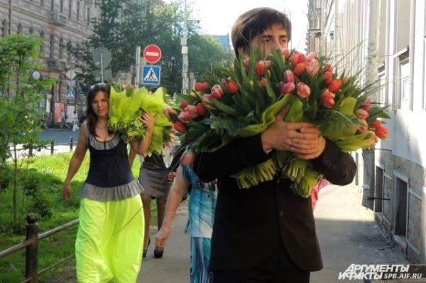 Выпускники купили огромные букеты цветов для учителей