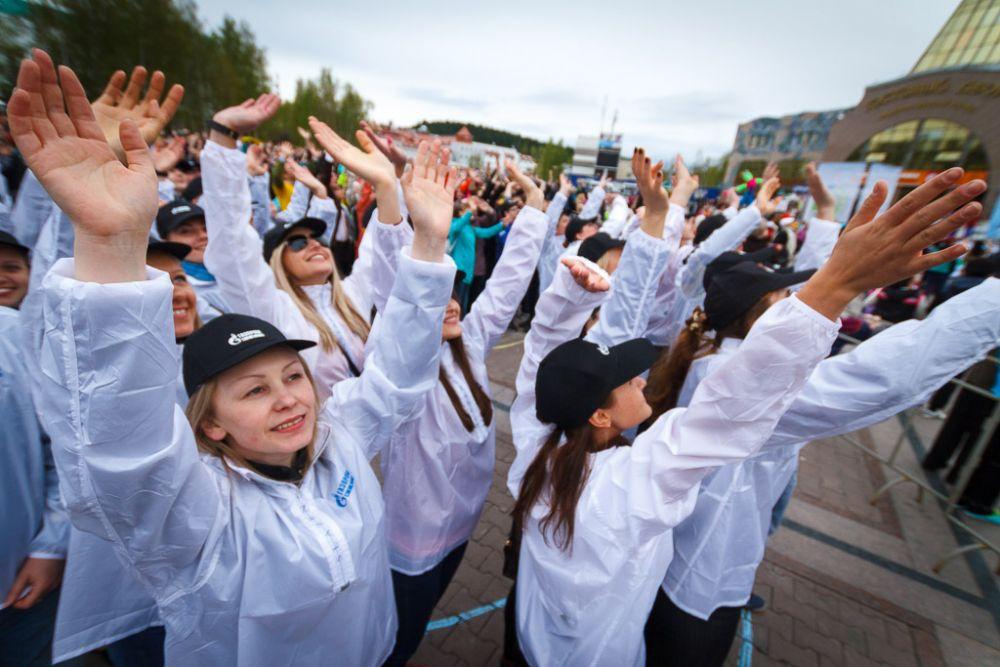Волонтеры от организаций и компаний устроили массовый флеш-моб.