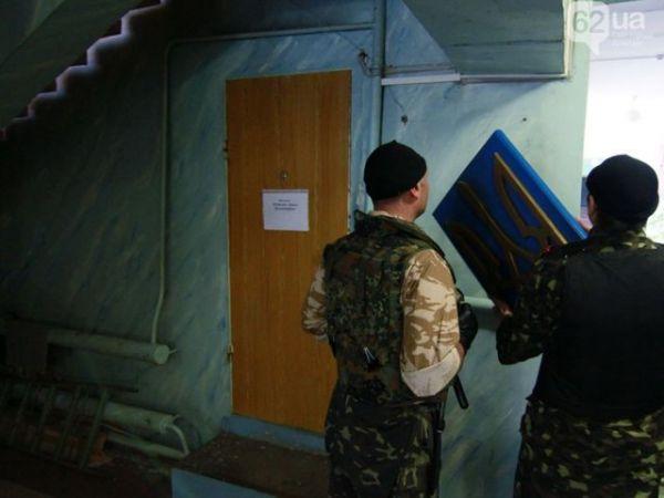 Сепаратисты в Донецке снимают в избирательном штабе герб Украины