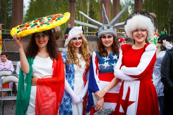 На сцене показали удивительные наряды, символизирующие страны-участница международной акции.