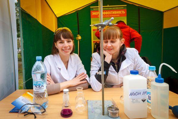 Горожане могли поучаствовать в химических опытах прямо на центральной площади города.