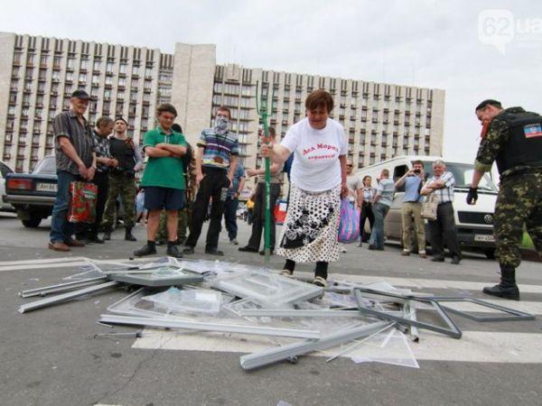 Сепаратистка разбивает урны для голосования в Донецке