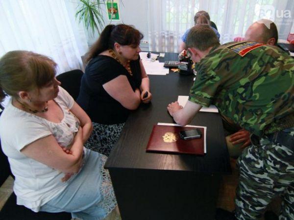 Сепаратисты изымают в Донецке урны для голосования