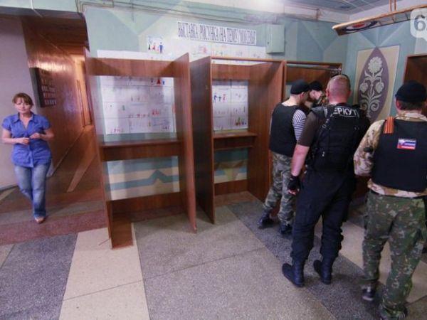 Сепаратисты в одном из избирательных штабов в Донецке