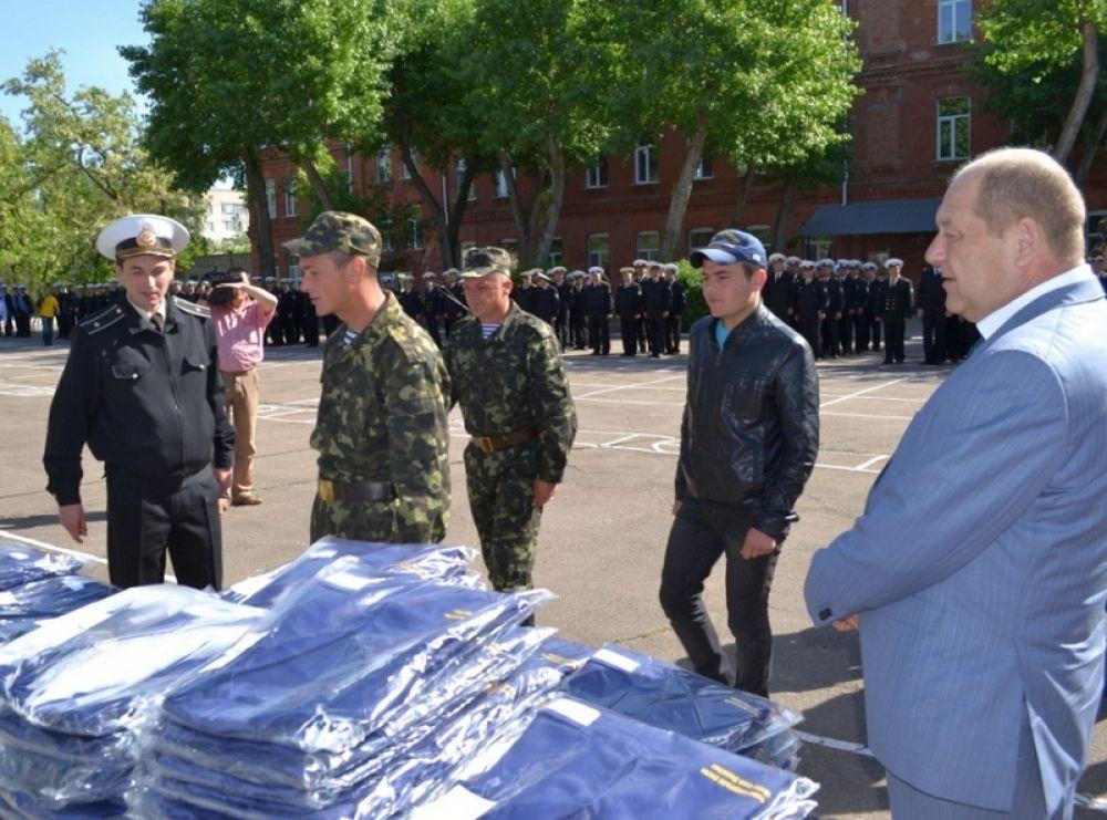 Морякам тральщиков подарили 108 комплектов новой формы