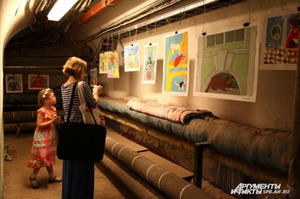 Выставка школьных рисунков, на которых изображены коты, представлена в подвалах Эрмитажа