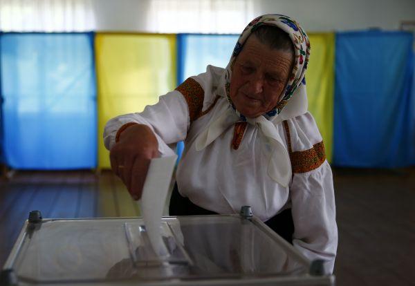 Женщина в национальной одежде проголосовала на избирательном участке в селе Космач Ивано-Франковской области на западе Украины.