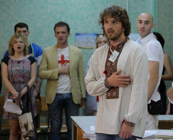 Перед открытием одного из избирательных участков в Киеве члены избирательной комиссии и наблюдатели исполнили гимн Украины.