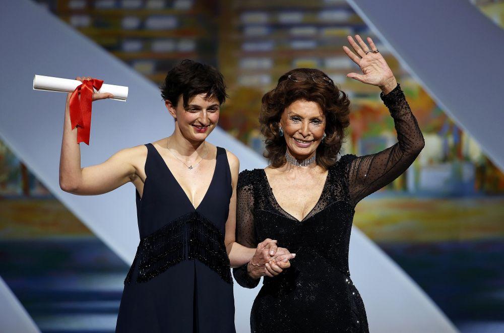 Гран-при из рук свой соотечественницы Софи Лорен получила режиссер Аличе Рорвакер за фильм «Чудеса»