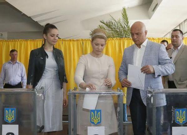 Юлия Тимошенко проголосовала на избирательном участке в Днепропетровске