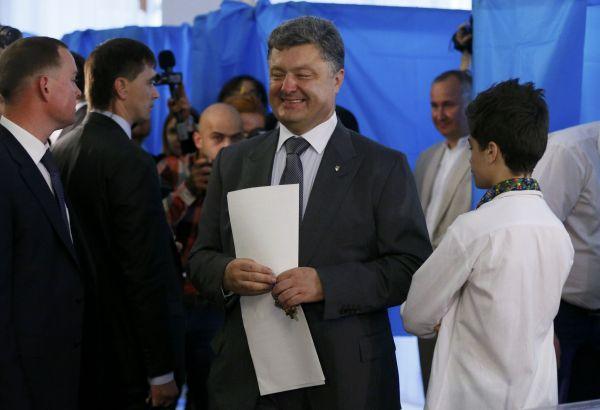 Один из кандидатов в президенты Петр Порошенко на избирательном участке в Киеве.