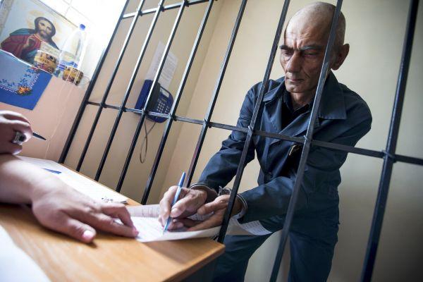 В тюрьме города Вольянска отбывающий пожизненное заключение заполняет бюллетень.