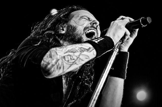 Гитарист группы Korn после операции прервал гастроли и улетел в Америку