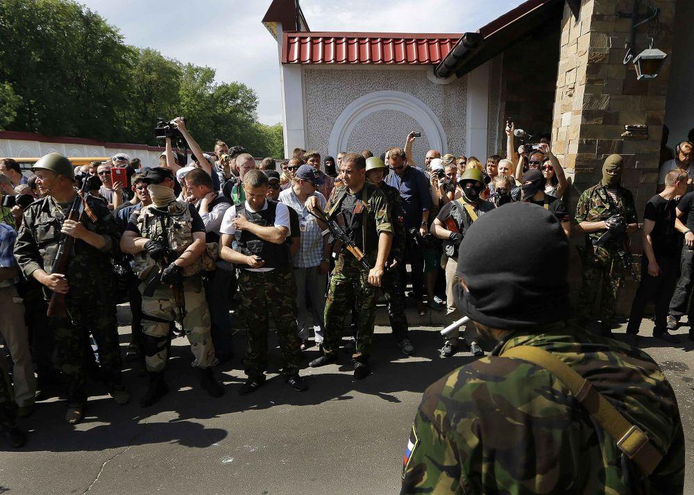 Участники митинга против выборов президента Украины в Донецке пришли к к резиденции бизнесмена Рината Ахметова с угрозой пикетировать ее.