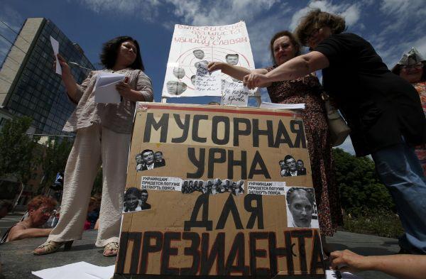 В восточном Донецке во время антипредвыборного митинга люди бросали в «Мусорную урну для президента» условные бюллетени, бойкотируя выборы.