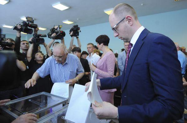 Премьер-министр Украины Арсений Яценюк на избирательном участке в Киеве.