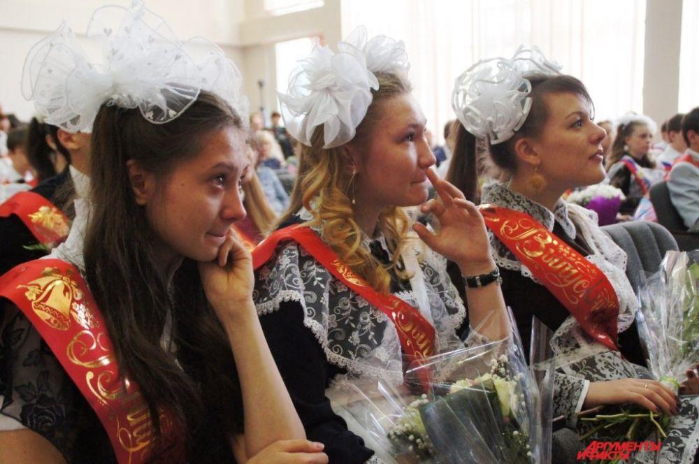 На линейке многие выпускники не смогли сдержать слез, вспоминая о школьных годах.