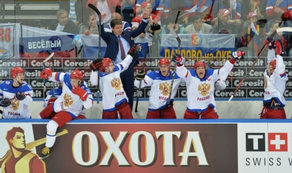 Игроки сборной России радуются победе в финальном матче чемпионата мира по хоккею 2014.