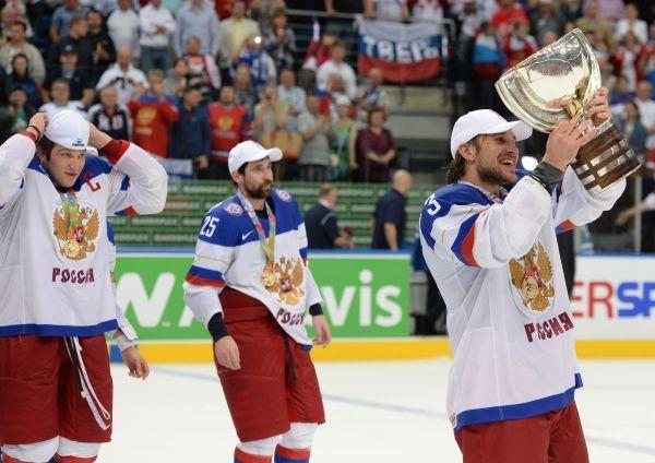 Александр Овечкин, Данис Зарипов и Андрей Зубарев с кубком за победу на чемпионате мира по хоккею 2014.